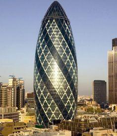 """Un edificio único en el mundo es sin duda """"El Pepinillo"""" ubicado en 30 St Mary Axe en el corazón financiero de Londres, un rascacielos hecho en vidrio aislado de 40 pisos y 180 metros de altura."""