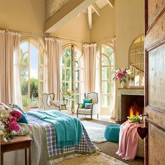 Dormitorio con ventanales de vidrieras en arco y toques de color