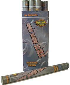 Confetti shooter 60 cm zilver. Een confetti kanon van 60 cm waar zilveren confetti uit komt. De confetti is kleurvast en brandvertragend. Hierdoor ook geschikt voor horeca gelegenheden. De party popper word per stuk geleverd.