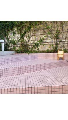 ¡SIN RESBALONES! Escalera #TotalPINK diseñada por @afuenteto con mosaico Unicolor 255 en formato 4x4 y acabado antideslizante. . ¡El interiorista aprovechó la versatilidad del mosaico para revestir los escalones con la misma referencia que utilizó para el suelo de la terraza en acabado Clase 3! Así logró una sensación de continuidad y garantizó la seguridad💗💗💗 .