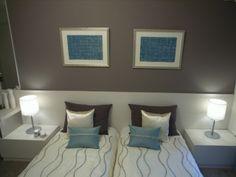 インテリアコーディネート ベッドルーム・寝室|アートやクッションの水色がアクセント。一面だけ壁紙を変えると、簡単に部屋のイメージを変えることができます。