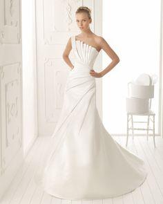 VALLE - Vestido de raso en color natural  T50 Diadema de perlas en color natural