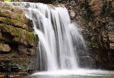 Манявський водоспад розташований у гірській ущелині, оточеній кам'яним каньйоном з гранітними скелями, висота яких сягає 20 м. Біля підніжжя водоспаду утворилась невеличка водойма з чистою гірською водою, у якій всі охочі можуть скупатися. У каньйоні біля водоспаду досить прохолодно, навіть у спекотний літній день.