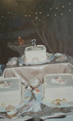 Sea shell wedding cake.