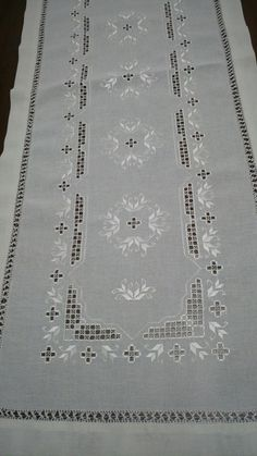 Hardanger Embroidery, Cross Stitch Embroidery, Hand Embroidery, Brazilian Embroidery, Running Stitch, Mothers Day Crafts, Linen Napkins, Bargello, Cutwork