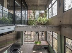 architects turn bangkok townhouses into modern multilayered office - Dr Wong - Emporium of Tings. Cafe Interior Design, Cafe Design, Interior Architecture, Interior Decorating, Design Blog, Design Studio, Loft Cafe, Zen House, Cafe Style