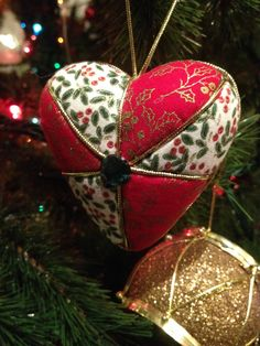 Corazón (patchwork sin aguja)                                                                                                                                                                                 Más Quilted Fabric Ornaments, Quilted Christmas Ornaments, Christmas Crafts To Make, Candy Christmas Decorations, Christmas Love, Christmas Baubles, Felt Ornaments, Nutcracker Christmas, Handmade Christmas