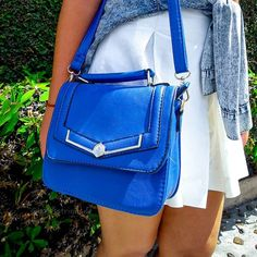Que tal um pouco de cor para essa segunda? Adoro usar looks monocromáticos e jogar cores fortes nos acessórios. A camisa jeans amarrada junto com a bolsa azul fica um contraste super bonito com o branco da peça  #details #jésstrindade #bolsaazul #bags #bolsas #fashion