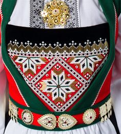 Details of Voss bunad with silver belt. Spinning Circle, Silver Belts, Hardanger Embroidery, Folk Costume, Costumes, Ethnic Fashion, Traditional Dresses, Old And New, The Dreamers
