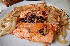 Siempre saludable, el pescado al horno es una alternativa creativa para quienes buscan aprovechar al máximo las bondades del pescado. En esta receta, la preparación es la horno con unas cebollas que aportan sabor y textura. Yo agregaría una salsa para poder combinar con pasta.
