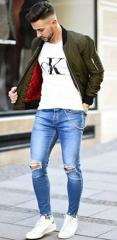 Fit guy wearing torn jeans, CK t-shirt, green jacket with a nice haircut Chico apto con jeans rotos, camiseta CK, chaqueta verde con un bonito corte de pelo Stylish Mens Outfits, Casual Outfits, Men Casual, Casual Styles, Stylish Jeans For Men, Suit Fashion, Trendy Fashion, Mens Fashion, Trendy Style