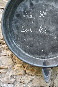 Hang on the wall an old zinc shower pan on which to record the summer temperatures. French Farmhouse, French Country, Soft Words, Houses In France, Seaside Style, Shower Pan, Atrium, Provence, Gardens