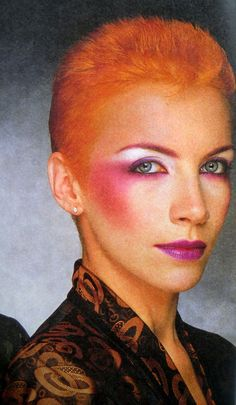Annie Lennox Rosa / Lila Make-up . Annie Lennox, Glam Rock Makeup, Punk Makeup, Hair Makeup, 1980s Makeup And Hair, 80s Glam Rock, Witch Makeup, Makeup Inspo, Makeup Inspiration