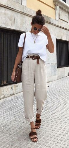 Neutral outfit with high-waisted pleated pants, white tee, neutral sandals, and bag Source by outfits chic Fashion Mode, Look Fashion, Skirt Fashion, Trendy Fashion, Womens Fashion, Fashion Casual, Classy Fashion, Fashion Vintage, White Fashion