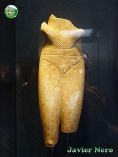 Atribuido a un taller del Peloponeso. Posible procedencia Skoura, Laconia. Periodo neolítico (7000-3000 a. C.) Donado por Antonios G. Varvitsitotis Museo del Arte Cicládico, Atenas.