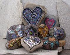 Mosaic workshops in Eugene Oregon by Chris Emmert. Focus on rocks to make garden stones. Mosaic Rocks, Stone Mosaic, Mosaic Glass, Glass Art, Stained Glass, Mosaic Garden Art, Mosaic Art, Mosaic Tiles, Kintsugi