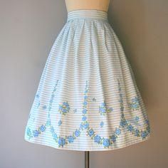 jaren 1950 kraakhelder katoenen rok in bleke hemel blauwe en witte strepen met…