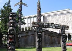 After exploring the Royal British Columbia Museum, Thunderbird Park is right outside. Victoria Attractions, Different Architectural Styles, Historia Natural, May Bay, Vancouver Island, First Nations, South Park, British Columbia, New Art