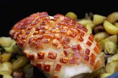 Dieses Rezept für Krustenbraten aus dem Dutch Oven zeigt, wie man den Braten auf einem Gemüsebett aus Champignons, Kartoffeln und Rosenkohl zubereitet.