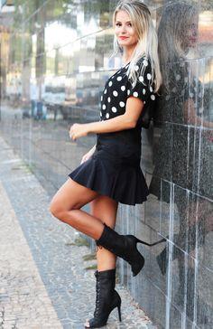 Dá um look: blusa de bolinha e saia rodadinha – Raizz!