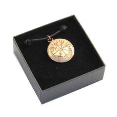 Käsintehty kotimainen pronssiriipus. Vegvisir – viikinkien kompassi näyttää suunnan elämässä. Vegvisirin kuvio on tarkka kopio viikinkien käyttämästä muinaisesta merenkulkukompassista. Vegvisir, Pocket Watch, Watches, Accessories, Wristwatches, Clocks, Pocket Watches, Jewelry Accessories