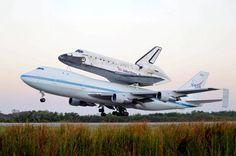 El transbordador Discovery partió este martes desde la base de Cabo Cañaveral (Florida) rumbo a Washington DC, donde se convertirá en la estrella del Museo Nacional del Aire y del Espacio, su nuevo hogar