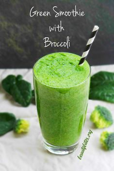 Yes, I made a healthy green smoothie with broccoli. And this healthy drink is very refreshing and to me surprisingly tasty! Get your fruits and vegetables with this healthy smoothie recipe, it is great for more energy, healthy skin and even weight loss. Kiwi Smoothie, Smoothie Detox, Broccoli Smoothie, Fruit Smoothie Recipes, Nutribullet Recipes, Broccoli Juice, Raw Broccoli, Smoothie Blender, Healthy Green Smoothies