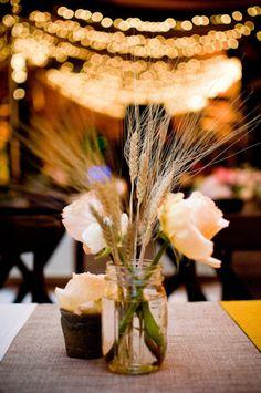 upea viljaa ja kukkia yhdistävä pöytäkukka