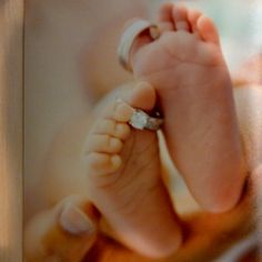 LOVE LOVE LOVE this and WISH I had this pix with both my kids feet!!!