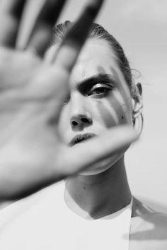"""#Bellezza, #femminilità, #seduzione, #fashion solitudine denuncia arte in Bianco e Nero da """"Moda e Bellezza Magazine"""" - una realizzazione Dielle Web e Grafica - www.diellegrafica.it Credits e Copyright riservati ai legittimi proprietari."""