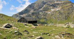 RIFUGIO GRAND TOURNALIN - Il Rifugio Grand Tournalin è stato costruito nel 1994 dalla famiglia Becquet. L'edificio si erge su tre piani in rame e pietra ed è situato a quota 2600 mt s.l.m. nella conca erbosa dell'Alpe di Tournalin superiore.