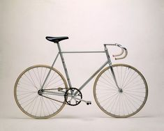 Cinelli, the Art and Design of the Bicycle : 65 ans de cyclisme dans un livre Bicycle Garage, Bike Magazine, Push Bikes, Urban Bike, Fixed Gear Bike, Bike Parts, Bicycle Design, Vintage Bikes, Road Bikes
