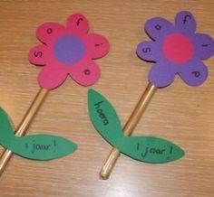 Traktatietip: soepstengel bloem  Benodigdheden:  Soepstengels Roze, paars en groen karton Zwarte stift Inpakfolie Plakband Hoe maak je deze traktatie? Pak de soepstengels in met inpakfolie. Knip bloemen en rondjes uit het roze/paarse karton. Plak het rondje in de bloem en versier hem met naam. Knip nu blaadjes uit het groene karton en versier de blaadjes met de leeftijd van je kind. Plak de bloem en blaadjes vast op de soepstengel.