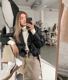Looking to snap the perfect selfie? We've gathered some model tips on how to get that flawless, IG-worthy look. Look Fashion, Fashion Outfits, Womens Fashion, Fashion Trends, High Fashion, Fashion Ideas, Fall Outfits, Casual Outfits, Mode Ootd