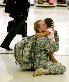 Terri Gurrola retrouve sa fille après avoir servi pendant 7 mois en Irak.