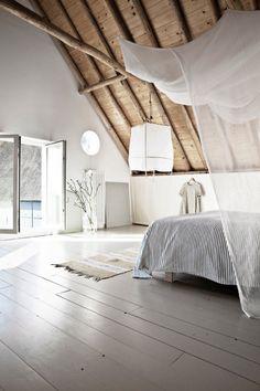 """Chambre """"cathédrale"""" épurée, avec un tour de lit moustiquaire pour plus d'intimité"""
