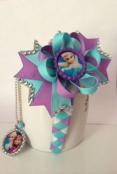 Frozen hair bow and bottle cap necklace set by TheJMarieBoutique Diy Bow, Diy Hair Bows, Bow Hair Clips, Frozen Hair Bows, Frozen Headband, Halloween Hair Bows, Ribbon Bows, Ribbons, Disney Bows