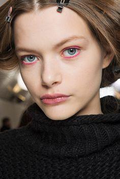 Eyeliner Colorido: Um olhar diferente! #Eyeliner #Colorido: #Um #olhar #diferente | #olhar #primavera #outfit #colorido #makeup #TrendyNotes #eyes #desfiles #maquilhagem #eyeliner #preto #looks #renovados #fancy #tendências #ShoppingCidadedoPorto