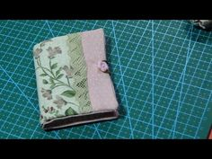 Libro guarda agujas - YouTube Sew Wallet, Couture, Fashion Bags, Zip Around Wallet, Coin Purse, Creations, Patches, Make It Yourself, Sewing