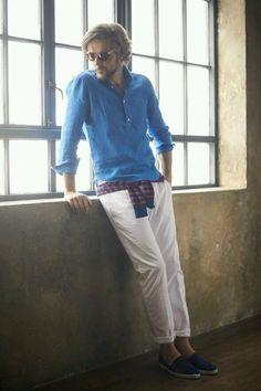 青プルオーバーシャツ×白パンツ×紺スリッポン