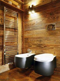 une salle de bain bois avec un revêtement mural et de sol PVC imitation bois