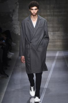 See the complete Marni Fall 2016 Menswear collection.