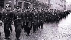 Poliiseja marssimassa.