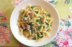 Smoked Ham & Peas Pasta http://www.simplelivingeating.com/2016/05/smoked-ham-peas-pasta-weekly-menu-plan.html #springmeals #pasta #peas #ham