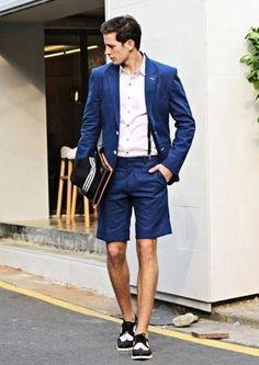 Si buscas un look en tendencia pero clásico, utiliza un blazer azul y unos pantalones cortos azules. Zapatos brogue de cuero negros y blancos son una opción práctica para completar este atuendo.