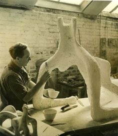 Henry Moore OM, CH, 'Reclining Figure' 1951 (Henry Moore: Sculptural Process and Public Identity) Artist Life, Artist At Work, Famous Artists, Great Artists, Maya Art, Henry Moore Sculptures, Glas Art, Modernisme, Abstract Sculpture