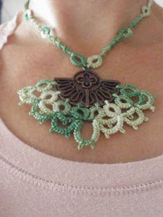 Goudenregen: Needle tatted necklace with vintage ornament. Halsketting van naaldfrivolité met een vintage ornament.