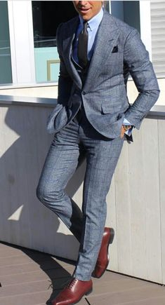 sharp and suited in blue with brown shoes - Mode masculine, formes de style et astuces vestimentaires Blazer Outfits Men, Stylish Mens Outfits, Checkered Suit, Designer Suits For Men, Classy Men, Classy Style, Mens Fashion Suits, Mens Casual Suits, Mens Attire