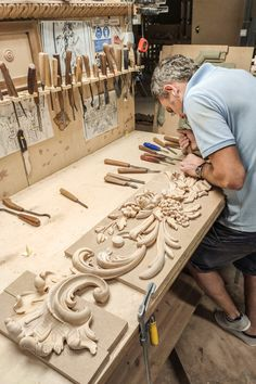 Master woodcarver behind the process of reconstructing a carved door trim. Wood Carving Designs, Wood Carving Patterns, Wood Carving Art, Stone Carving, Wood Art, Carved Door, Modern Tiny House, Design Case, Architectural Salvage
