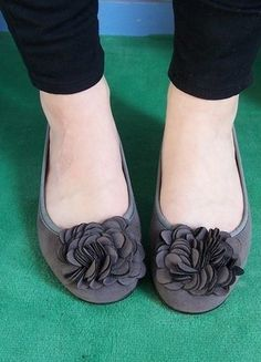1233a0d4bfdc5 ballerines-gris-mauve-avec-grosse-fleur-sur-le-